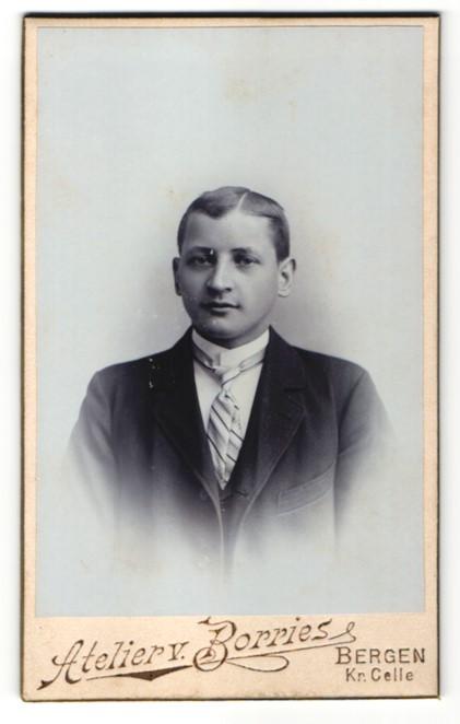 Fotografie Atelier v. Borries, Bergen, Portrait junger Mann in Anzug