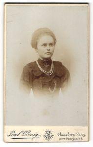 Fotografie Paul Körnig, Annaberg i/Erzg., Portrait Fräulein mit Perlenkette