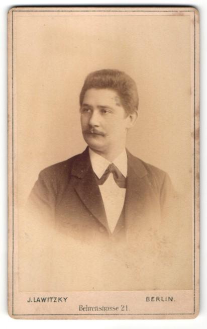 Fotografie J. Lawitzky, Berlin, Portrait junger Herr in Anzug