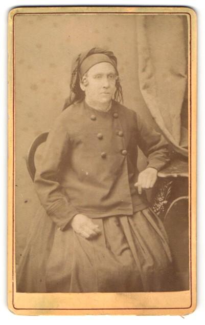 Fotografie Eduard Lösche, Rudolstadt, Portrait Frau in zeitgenöss. Garderobe mit Kopfbedeckung