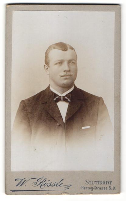 Fotografie W. Rössle, Stuttgart, Portrait junger Herr mit zeitgenöss. Frisur