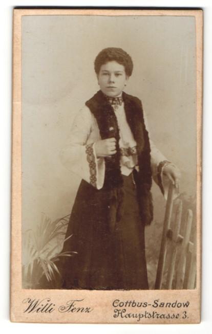 Fotografie Willi Fenz, Cottbus-Sandow, Portrait Dame mit Pelzschal