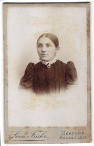 Fotografie Louis Fricke, Herford & Salzuflen, Portrait Mädchen mit streng zusammengebundenem Haar
