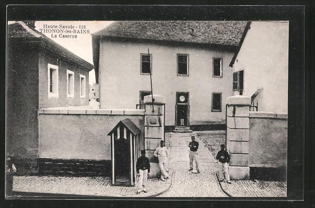 AK Thonon-les-Bains, Soldaten am Eingang der Kaserne, La Caserne