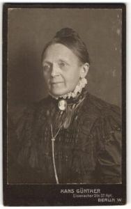 Fotografie Hans Günther, Berlin-W, Portrait Greisin mit zusammengebundenem Haar