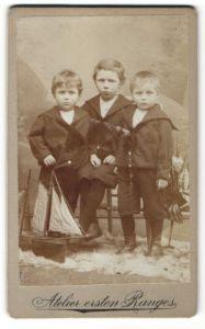 Fotografie unbekannter Fotograf und Ort, Portrait drei kleines Jungen
