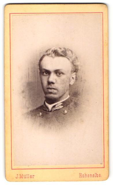 Fotografie J. Müller, Hohenelbe, Portrait junger Mann mit zurückgekämmtem Haar