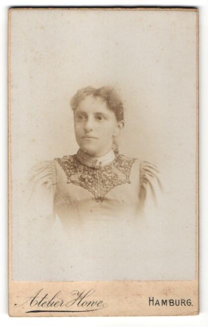 Fotografie Atelier Howe, Hamburg, Portrait junge Frau mit zusammengebundenem Haar