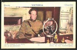 AK König Leopold III. von Belgien in Uniform an seinem Schreibtisch vor einer Radioansprache