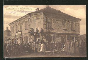 AK Novo Svenziany, Soldaten stehen vor dem Soldatenheim