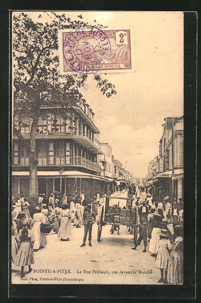 AK Pointe-a-Pitre, La Rue Frébault, vue devant le Marché