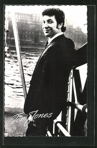 AK Musiker Tom Jones im Anzug am Wasser stehend