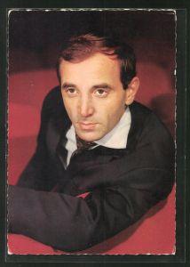 AK Musiker Charles Aznavour sitzt in einem Sessel