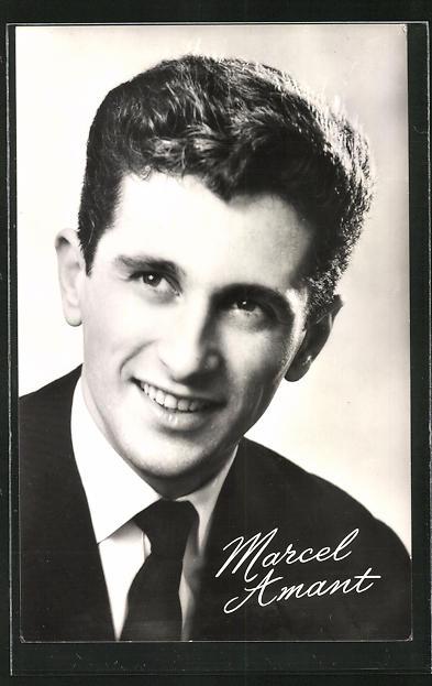 AK Musiker Marcel Amant im Anzug lächelnd
