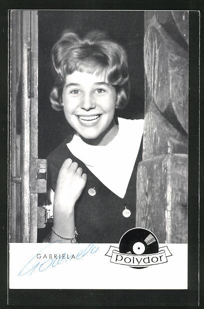 AK Musikerin Gabriela an einer Tür stehend mit Autogramm