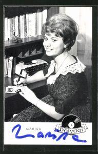 AK Musikerin Marisa mit Autogramm am Schreibtisch sitzend