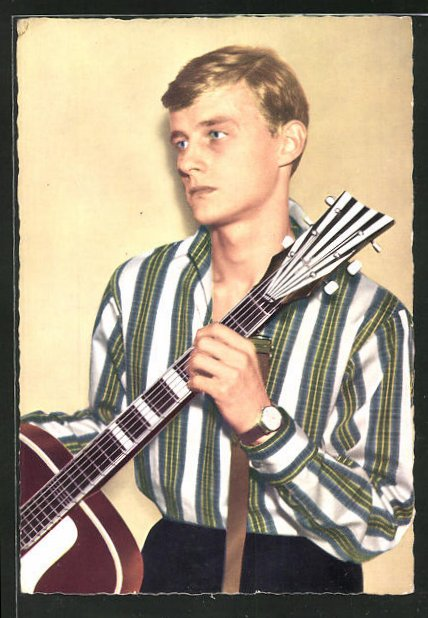 AK Musiker Tommy Kent mit Gitarre ernst schauend