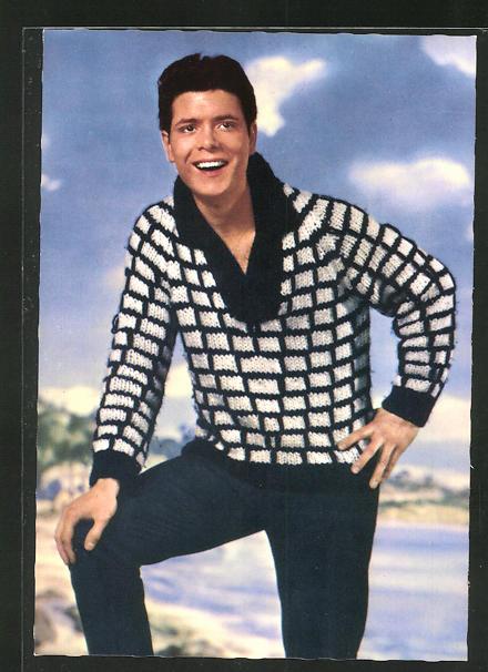 AK Musiker Cliff Richard im Pullover am Wasser stehend