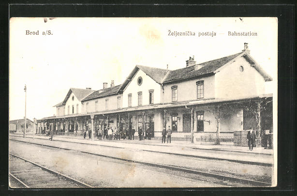 AK Brod a/S., wartende Reisende im Bahnhof