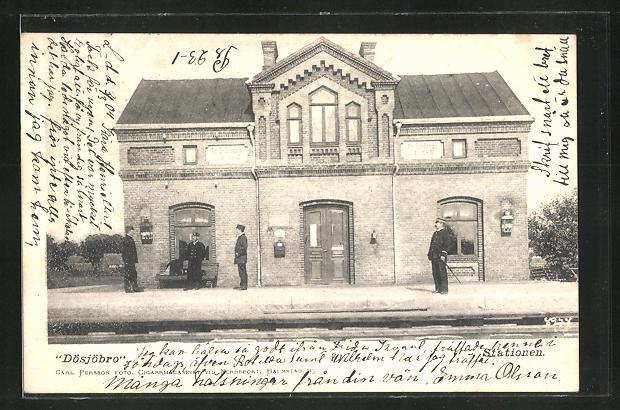 AK Dösjöbro, Totalansicht vom Bahnhofsgebäude mit Schaffnern