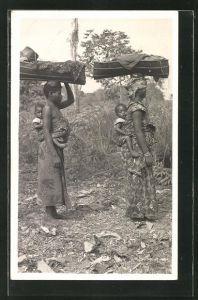 AK Afrikanische Frauen mit ihren Kindern auf dem Rücken transportieren Waren auf dem Kopf