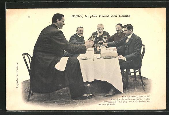 AK Hugo, le plus Grand des Géants, Riese Hugo sitzt am Tisch mit seinen Freunden