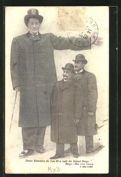 AK Deux hommes de 1m 80 d cote du Geant Hugo
