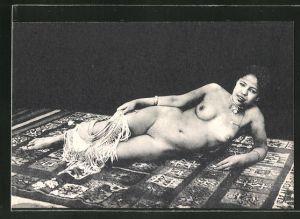 AK arabische nackte Frau mit Perlenhalskette und Halstuch in der Hand