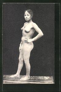 AK arabische nackte Frau auf orientalischem Teppich mit Halskette