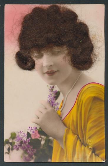 Echt-Haar-AK Elegante Dame mit echtem brünettem Haar und Blumen