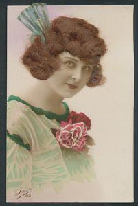Echt-Haar-AK Elegante Dame mit echtem brünettem Haar und Rose am Kleid