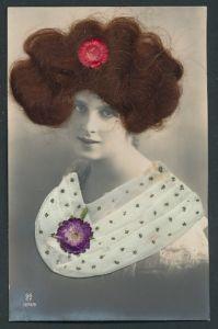 Echt-Haar-AK Elegante Dame mit echtem brünettem Haar und Blume am Stoffkragen