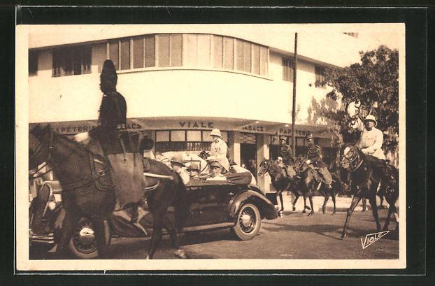 AK Dakar, Visite du Général Weigand, Le Général, accompagné du Gouverneur Général Boisson, se rend au Palais...