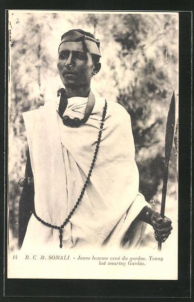 AK Somalia, Jeune homme orné du gardas, young lad wearing Gardas