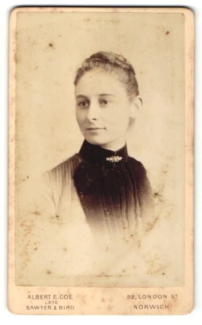 Fotografie Albert E. Coe, Norwich, Portrait junge Frau mit zusammengebundenem Haar