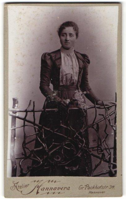 Fotografie Atelier Hannovera, Hannover, Portrait junge Frau in zeitgenöss. Kleidung