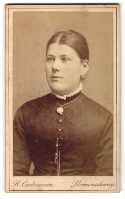 Fotografie R. Carbonnier, Braunschweig, Portrait junge Frau mit zusammengebundenem Haar