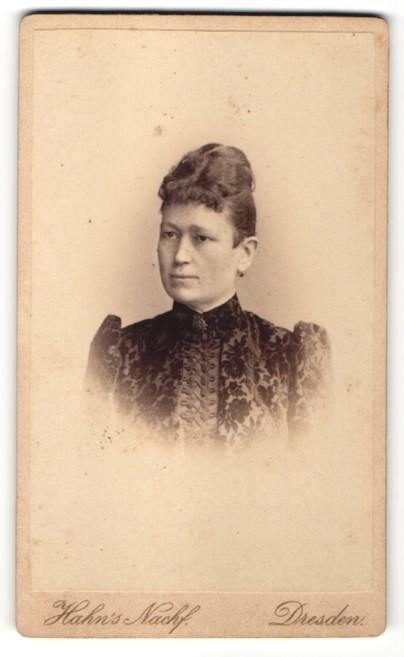Fotografie Atelier Hahn's Nachf., Dresden, Frau mit Hochsteckfrisur und eleganter dunkler Bluse
