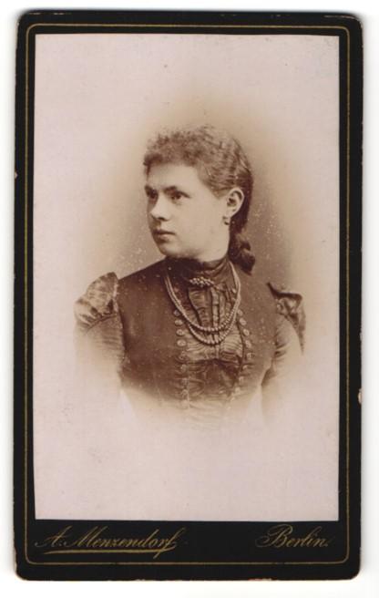 Fotografie Atelier Menzendorf, Berlin, junge Frau mit eleganter dunkler Bluse und Kette