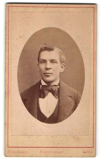 Fotografie Atelier F. Grundmann, Gotha, junger Mann mit dunkler Fliege, hellem Hemd und dunkler Jacke