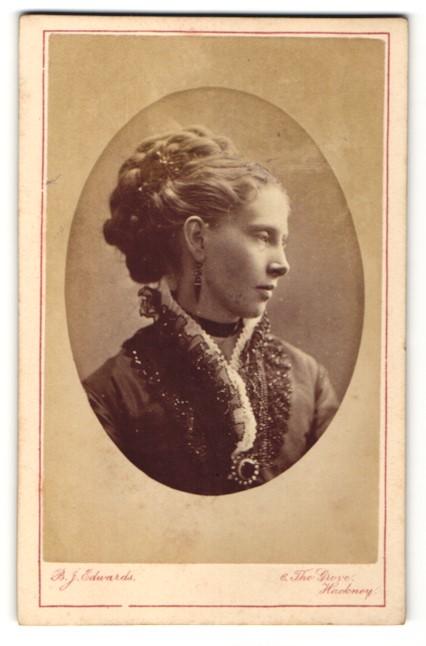 Fotografie Atelier B. J. Edwards, London, junge Frau mit weisser Halskrause und dunkler Jacke mit Brosche