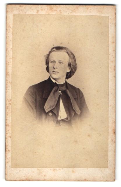 Fotografie Fotograf unbekannt, Ort unbekannt, Junger Mann im Anzug