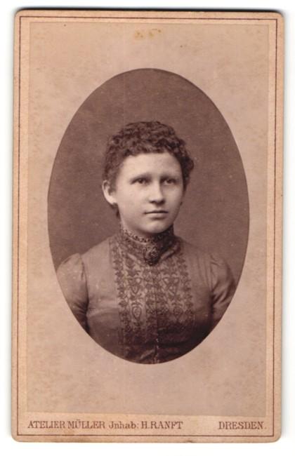 Fotografie Atelier Müller, Dresden, Junge Dame im Kleid