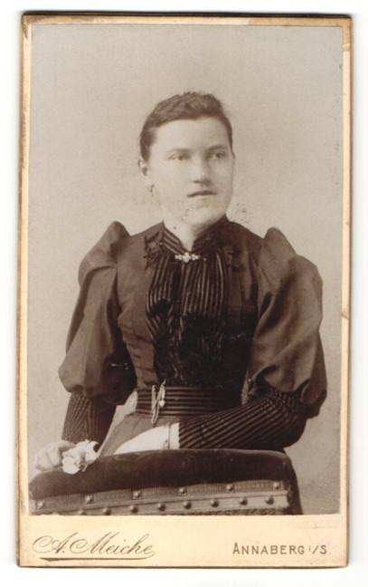 Fotografie A. Meiche, Annaberg, Junge Frau im Kleid vor Stuhl stehend