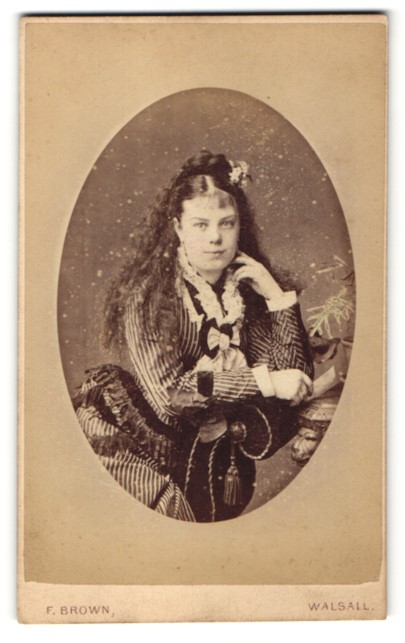Fotografie F. Brown, Walsall, Portrait junge Frau mit wallendem Haar