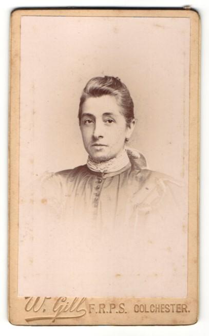 Fotografie W. Gill, Colchester, Portrait Dame mit zusammengebundenem Haar