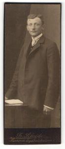 Fotografie Fr. Schröder, Hannover, Portrait junger Herr in Anzug