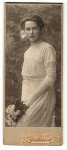 Fotografie Max Seifert, Freiberg, Portrait Fräulein in weissem Kleid