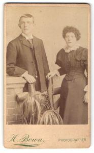 Fotografie H. Bown, London, Portrait junger Herr und junge Frau