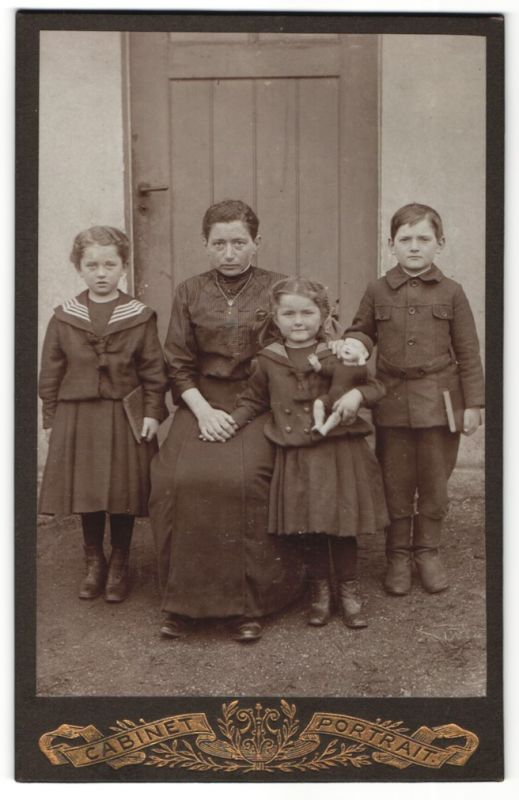 Fotografie Paul Weber, Ehrenfriedersdorf, Hausfrau mit Sohn & Töchtern, Tochter mit Puppe